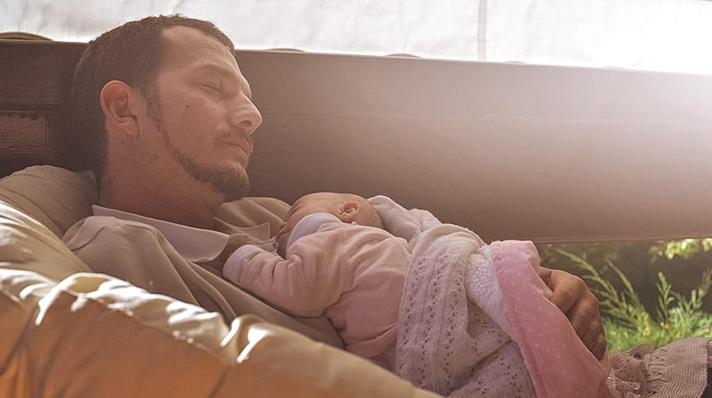Картинки по запросу папа с ребенком спят
