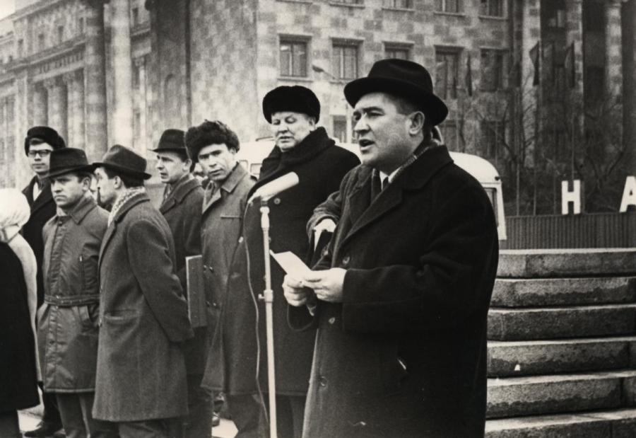 Молодой первый секретарь Оренбургского райкома КПСС Александр Григорьевич Зелепухин выступает на митинге возле Дома Советов.