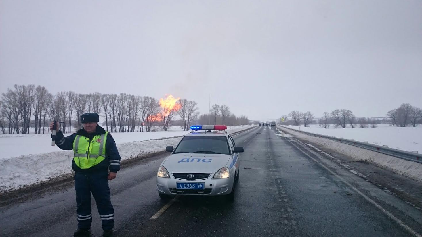 Пост ДПС на месте взрыва газопровода. Фото: УГИБДД УМВД РФ по Оренбургской области
