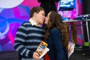 Молодая пара которая выиграла романтический тур в Санкт – Петербург.