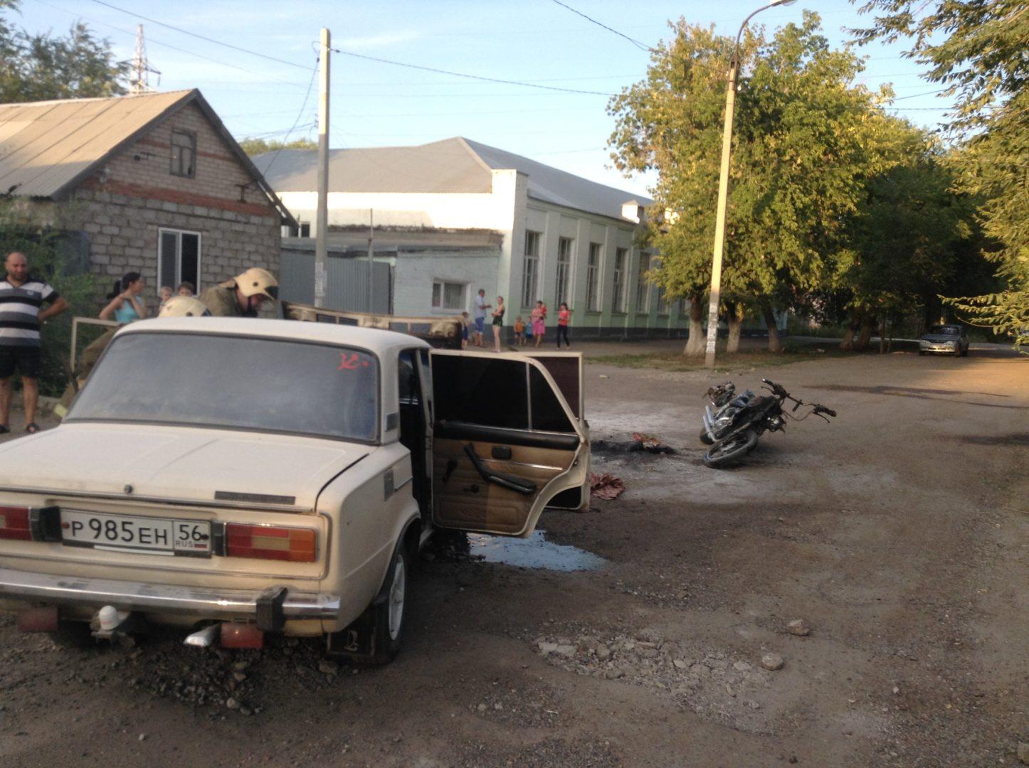 ДТП вОренбурге: ВАЗ сбил мотоциклиста и зажегся, шофёр убежал