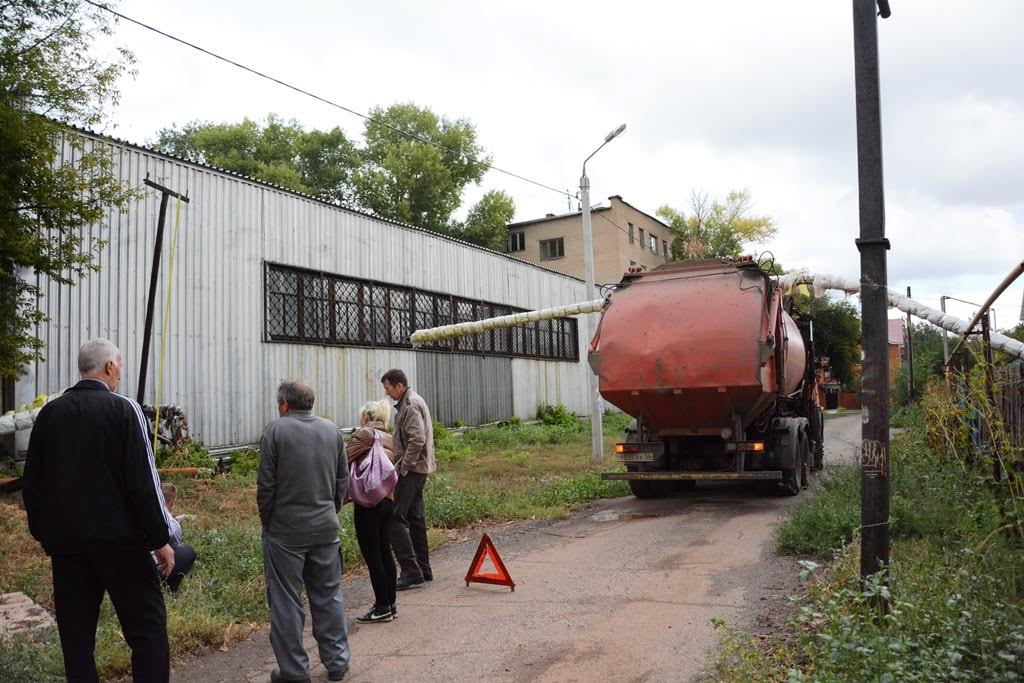 Мусоровоз повредил теплотрассу в Оренбурге