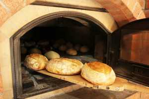 В Экодолье заработала своя пекарня на дровах