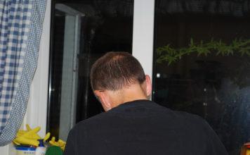 Мужчина спина окно
