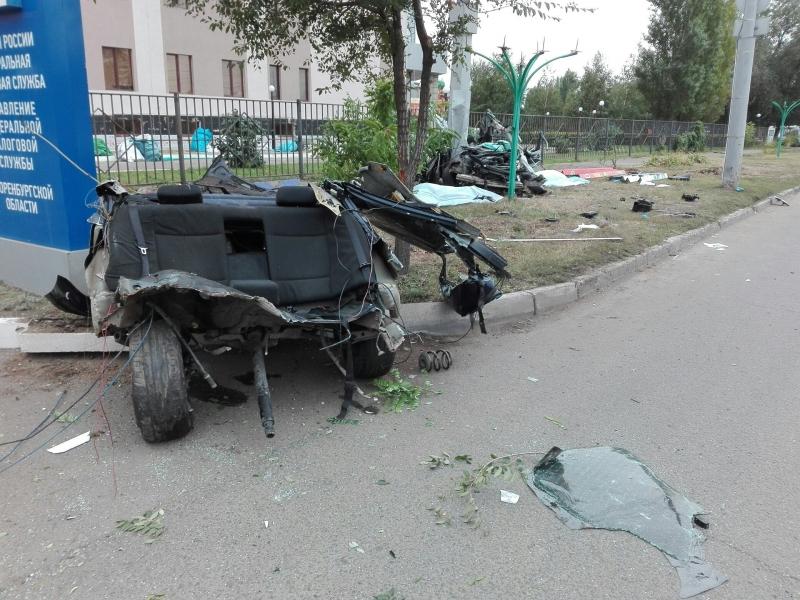 Автомобиль врезался вопору рекламного щита вОренбурге, есть жертвы