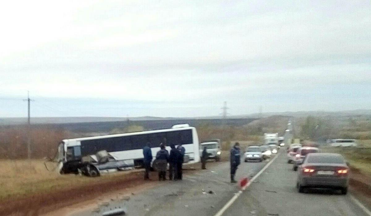 «Мазда» врезалась вавтобус, трое погибли, ребенок в клинике — ДТП под Оренбургом