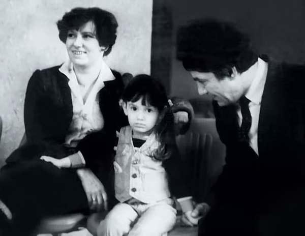 Карина Мишулина в детстве с родителями