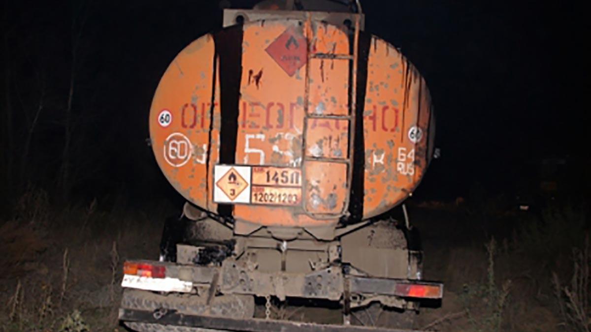 Оренбуржцы украли 8 тонн нефти у учреждения
