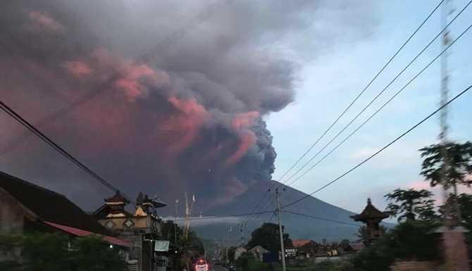 На Бали отменили десятки авиарейсов из-за вулкана