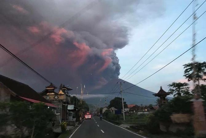 Наиндонезийском острове Бали вновь началось извержение вулкана Агунг