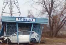Автомобиль протаранил остановку в Оренбурге