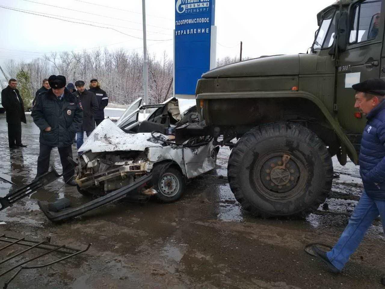 Натрассе «Оренбург— Илек» столкнулись «Ока» идва автомобиля «Урал»