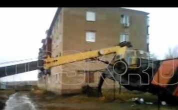 На стройке, во ремонта крыши дома упал кран