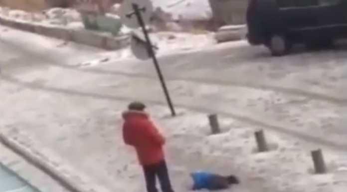 Отец пнул упавшего на заснеженной улице ребенка