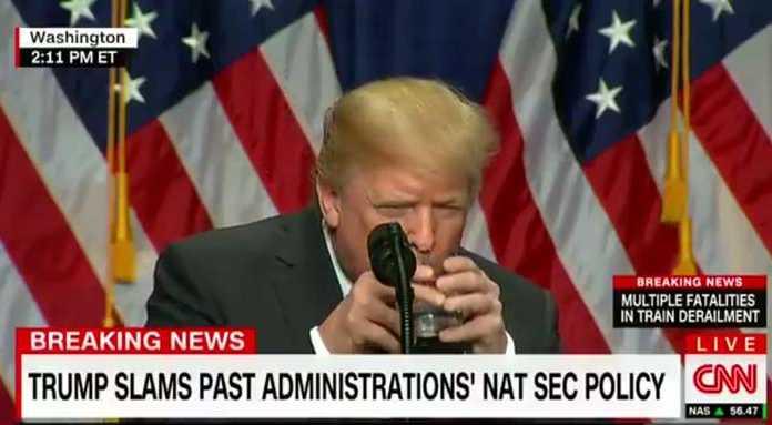 Трампа, обхватившего стакан двумя руками, обсуждают соц.сети