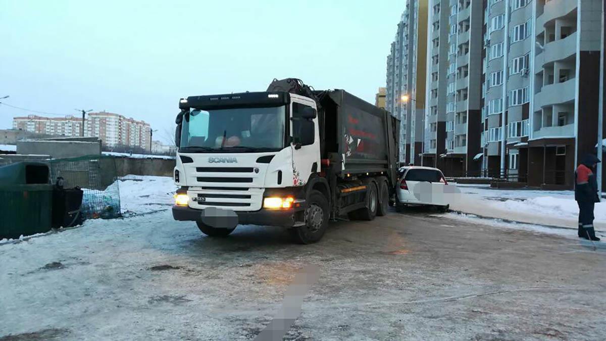 В Оренбурге мусоровоз подмял под себя