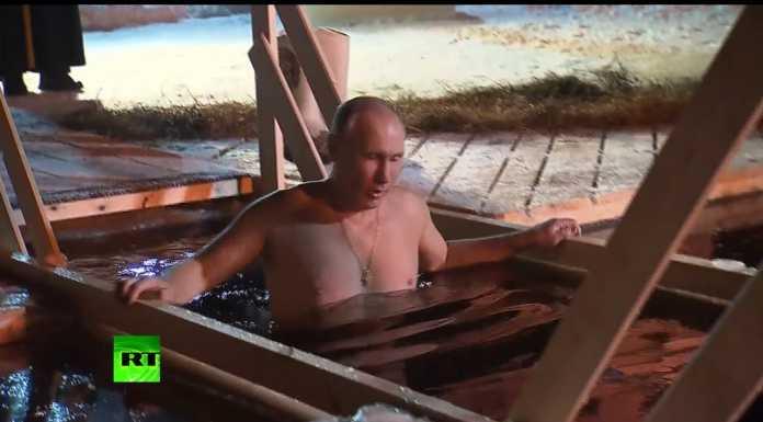 Владимир Путин окунулся в прорубь у монастыря на Селигере