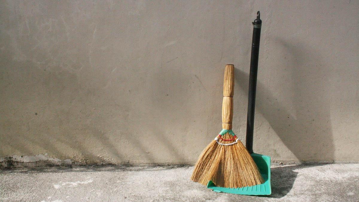 Приставы заставили хозяина убрать мусор возле своего дома