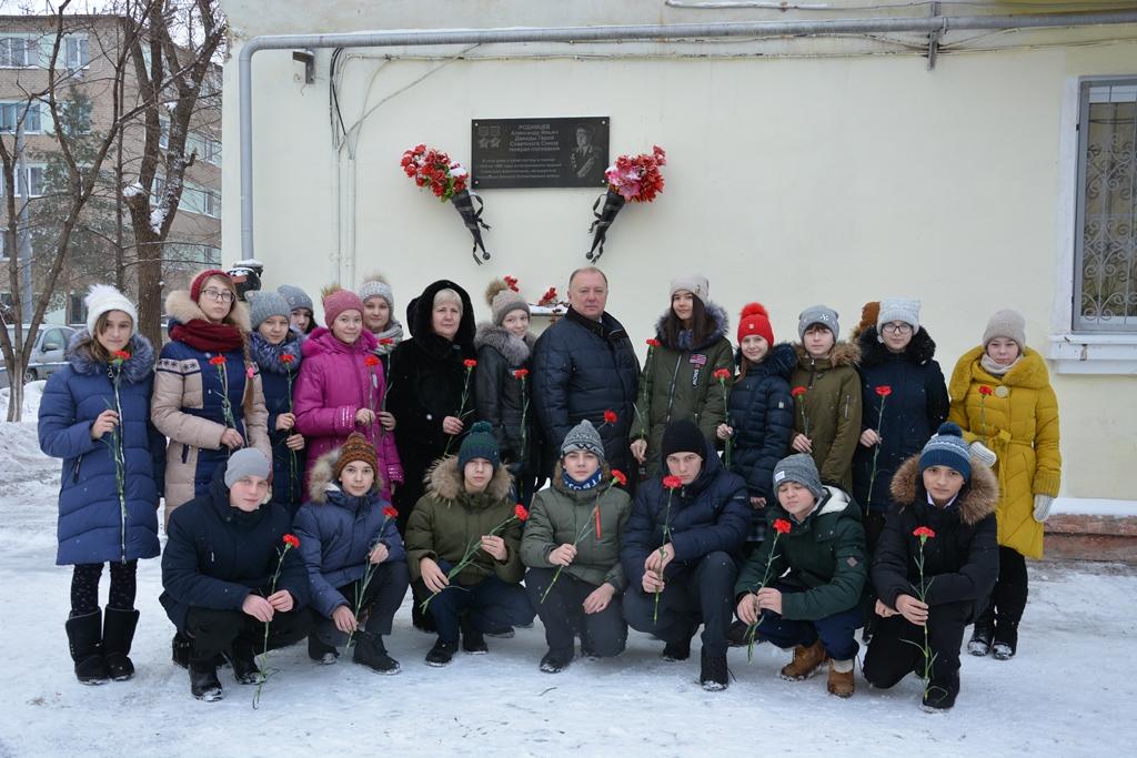 Игорь Шепель с учениками лицея 8 на проезде Больничном, 4