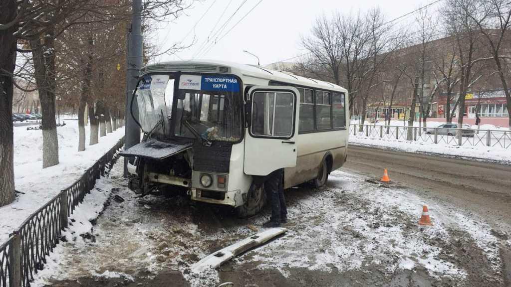Автобус с пассажирами попал в серьезное ДТП. Есть пострадавшие