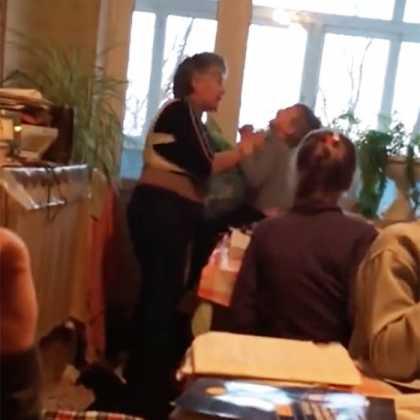 Неадекватная учительница избивала учеников во время занятий