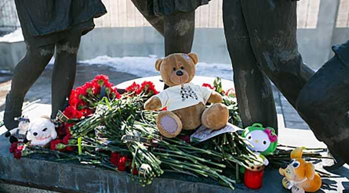 Оренбуржцы несут цветы в память о погибших в Кемерово