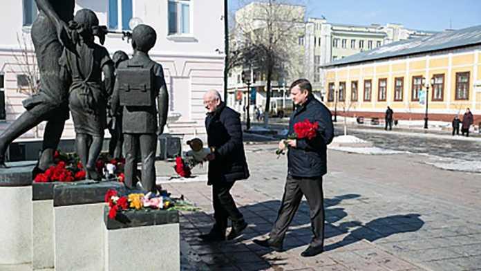 Юрий Берг возложил цветы в память о жертвах трагедии в Кемерово