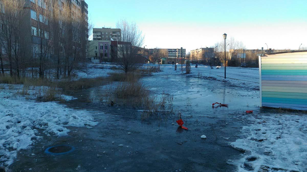 Дети попали в ледяную западню, в самом центре города