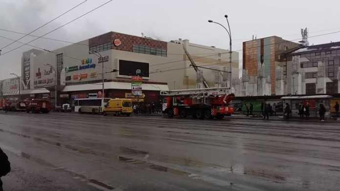 В центре Кемерово загорелся торговый центр.