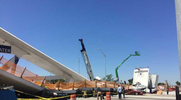 Во Флориде обрушился пешеходный мост