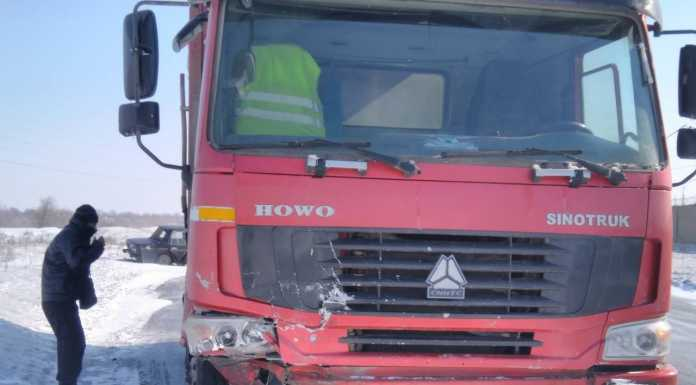 В Орске легковушка влетела под многотонный грузовик. Есть погибший