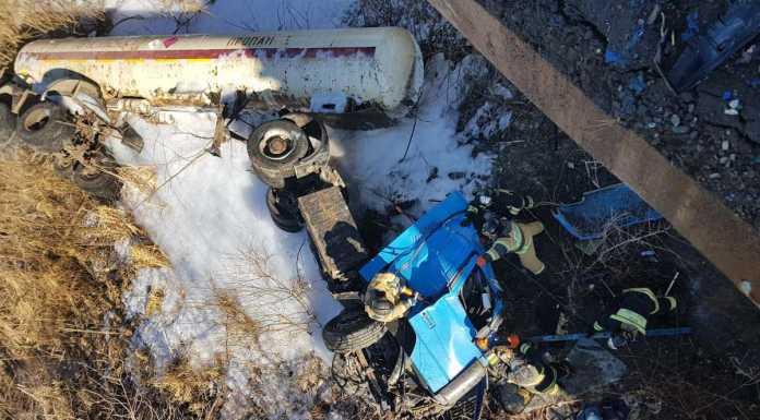 «КамАЗ» с цистерной пропана упал с моста, газ выходит наружу