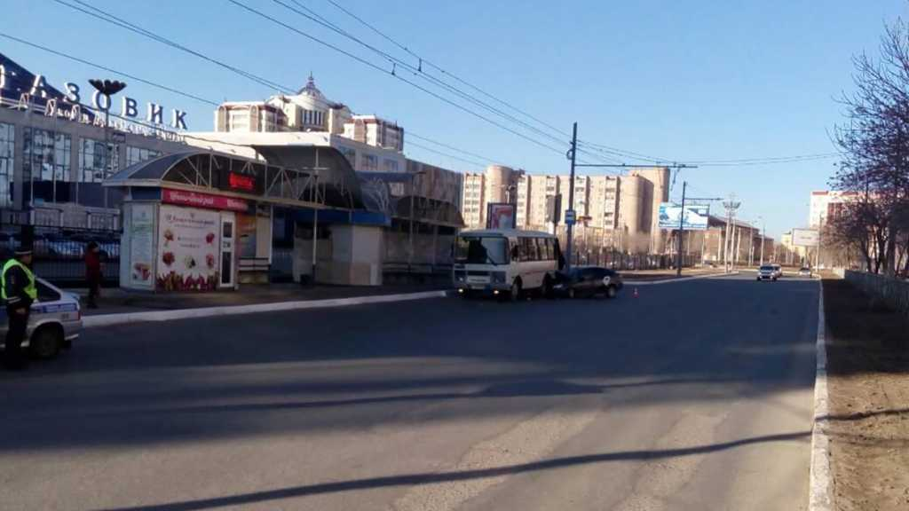 Лада Гранта врезалась в маршрутный автобус с пассажирами