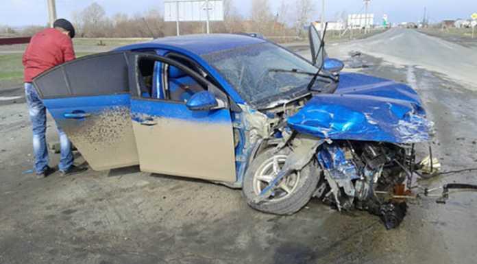 Возле Краснощеково легковушка попала под многотонный самосвал
