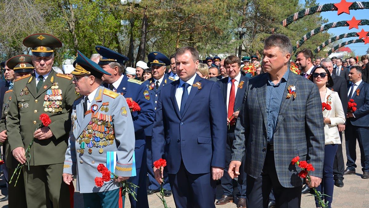 Оренбуржцы возложили цветы к Вечному огню