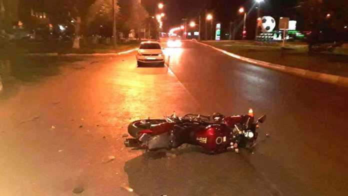 Водитель автомобиля сбил мотоцикл за рулем которого была девушка