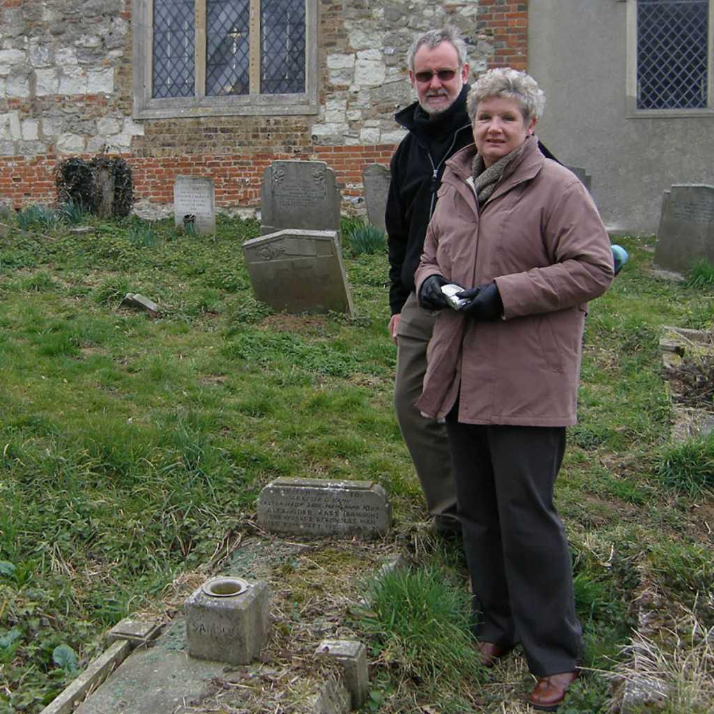 Лесли и Ричард Вингоу на могиле Засса в 2006 году