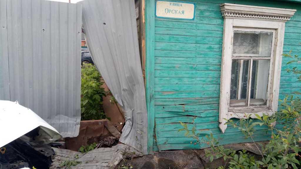 Мужчина на «Солярисе» врезался в жилой дом