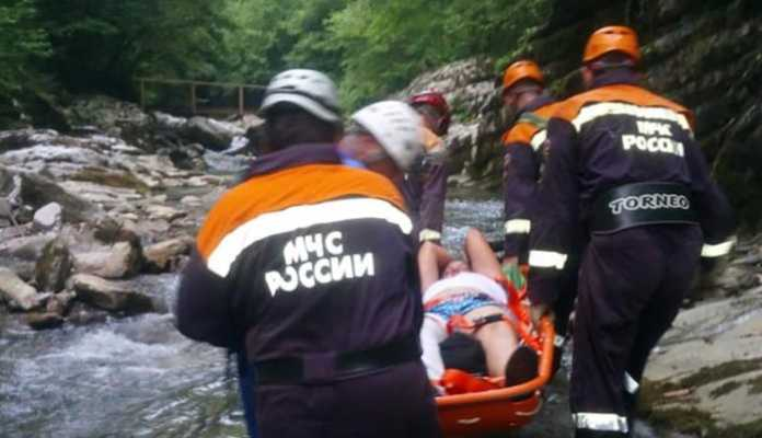 Эвакуация пострадавшего. Фото: ЮРПСО МЧС России