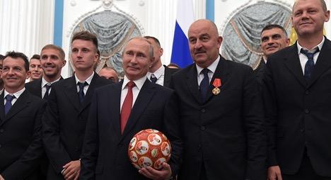 Президент Российской Федерации Владимир Путин на церемонии вручения государственных наград и почётных грамот футболистам и тренерам сборной России по футболу в Кремле.