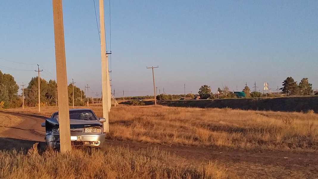 Водитель протаранил столб: пассажиры - женщина и ребенок госпитализированы
