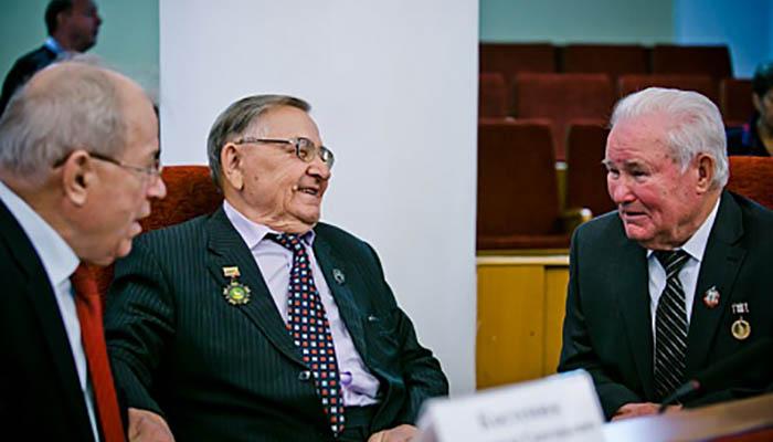 Юрий Берг поздравил областной совет старейшин с пятилетие