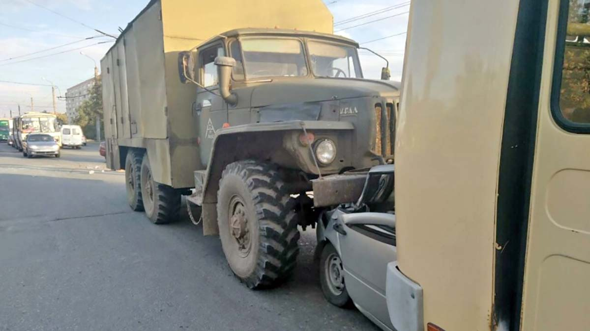 Жуткое ДТП в Оренбурге. Грузовик и автобус смяли легковушку