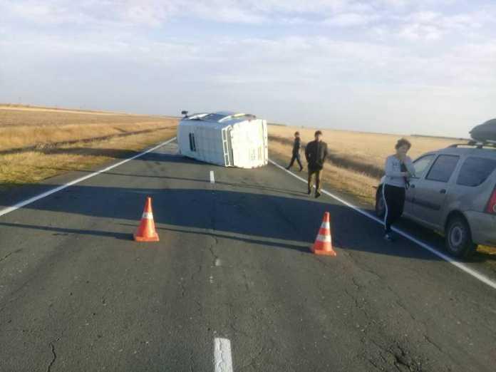 Водитель перевернул свою «Газель» на ровной дороге