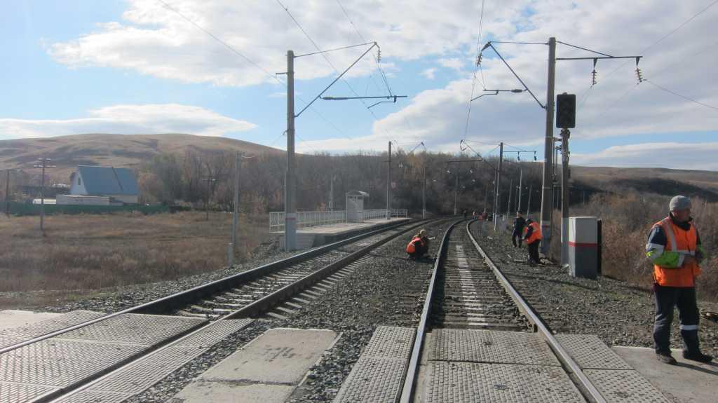Электричка из Оренбурга столкнулась с автомобилем на ж/д переезде