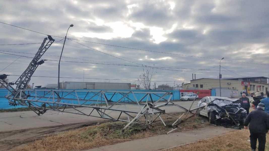В Оренбурге автомобиль снес опору ЛЭП