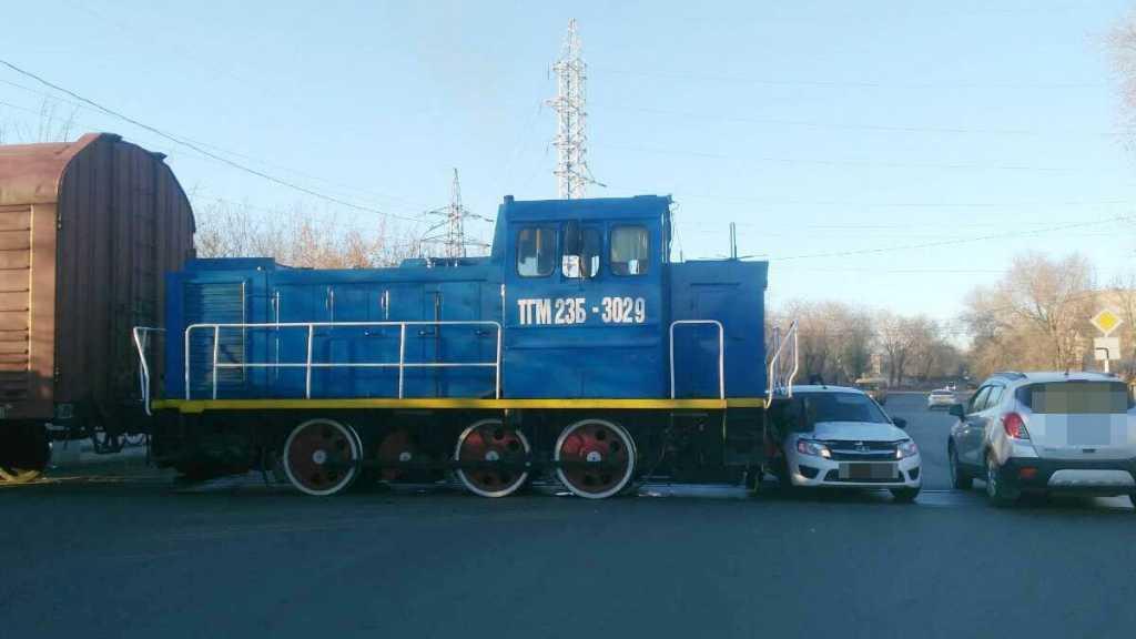В Оренбурге тепловоз столкнулся с «Грантой»