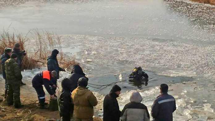 Двух мальчиков провалившихся под лёд продолжают искать водолазы