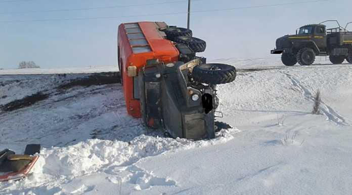 Вахтовый «Урал» опрокинулся в кювете. Пассажир получил множественные травмы