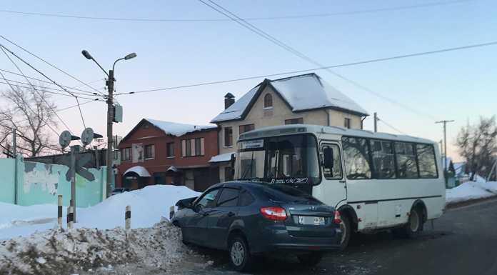 Накануне, около 6 часов вечера, на улице Пролетарская областного центра произошло столкновение маршрутного автобуса и легкового автомобиля.